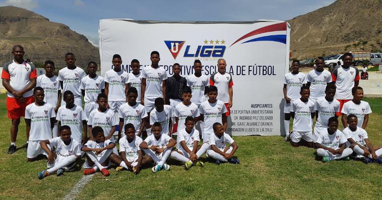 Fubolistas de la escuela de Liga en Piquiucho con el uniforme del equipo antes de un partido, en 2019.