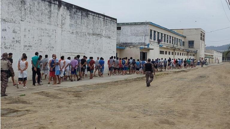 Traslado de internos en el Complejo Penitenciario de Guayaquil, el 3 de septiembre de 2020.