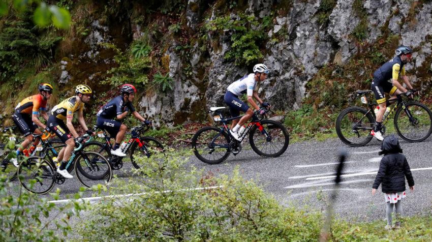 Richard Carapaz (de azul) en un ascenso en la Etapa 9 del Tour de Francia, el domingo 6 de septiembre de 2020.