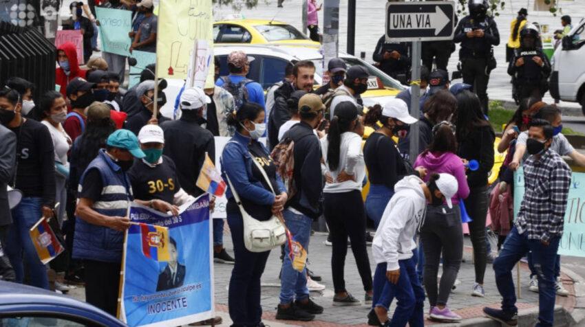 Simpatizantes del correísmo se apostaron en los exteriores de la Corte Nacional, antes de la audiencia de casación del caso Sobornos, el 3 de septiembre de 2020.