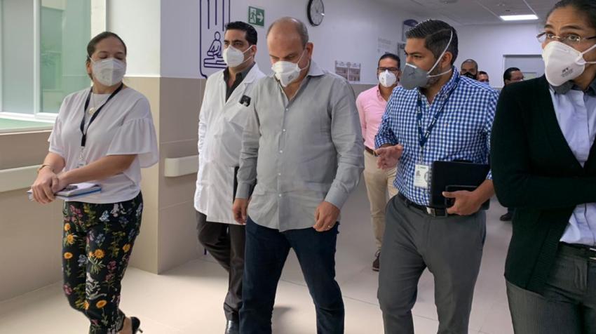 El director provincial del IESS en Guayas, Ricardo Ron (centro), el pasado 7 de agosto de 2020.