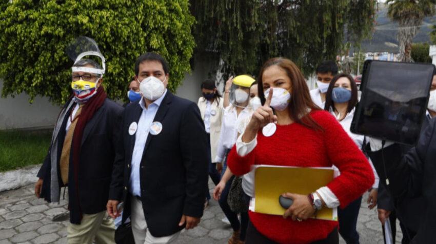 Andrés Arauz, Pierina Correa y, en el iPad a la derecha, Rafael Correa llegan al CNE el 1 de septiembre de 2020 para inscribir su candidatura.
