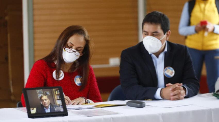 Pierina Correa y Andrés Arauz llevaron a Rafael Correa en un iPad al CNE para que acepte su candidatura a Vicepresidente de la República, en Quito, el 1 de septiembre de 2020.