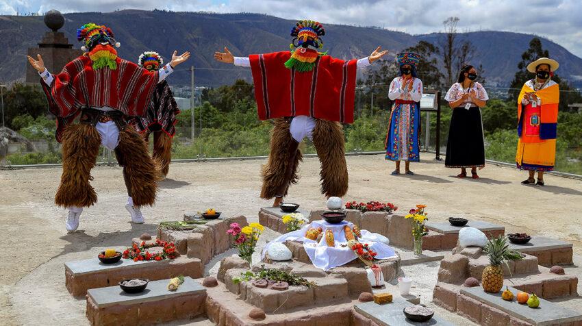 Varios danzantes realizan una demostración de bailes indígenas típicos el 28 de octubre de 2020, en Quito (Ecuador).