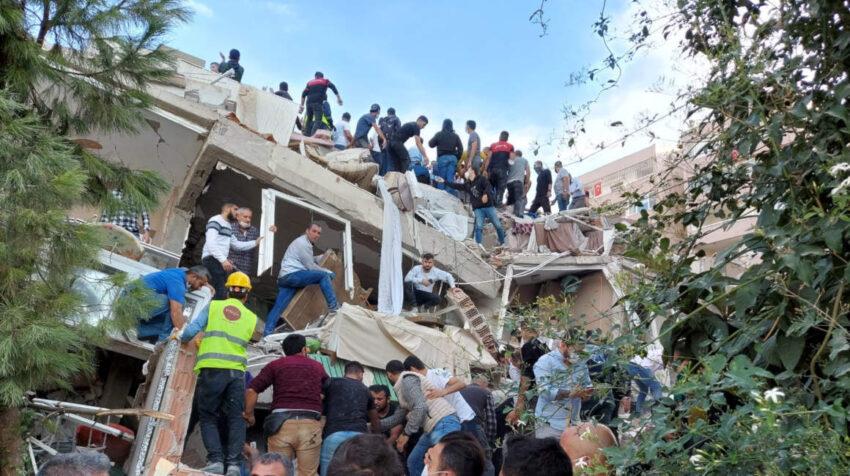 Búsqueda de sobrevivientes en un edificio derrumbado. 30 de octubre de 2020.