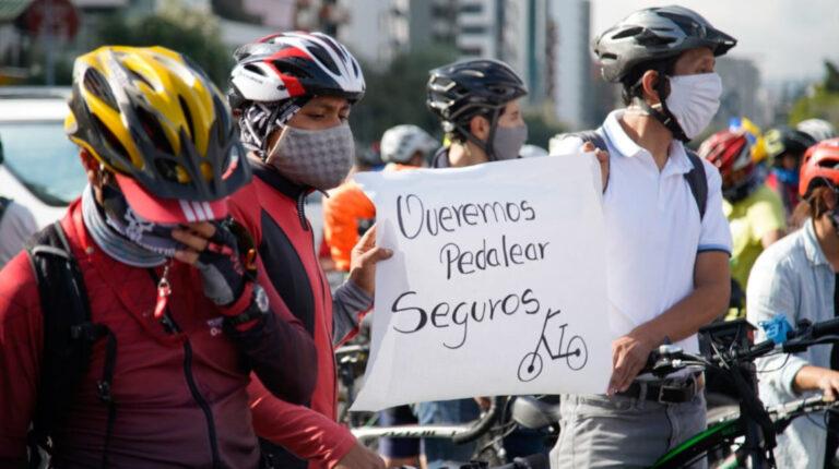 Cicloplantón para pedir seguridad a los ciclistas luego de varios casos de robo y secuestro, en Quito.