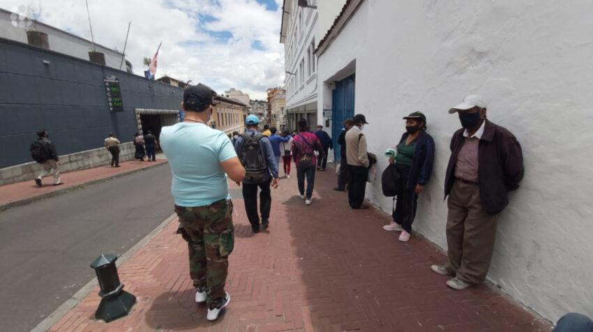 Ciudadanos circulan por el centro de Quito, el 21 de octubre de 2020.