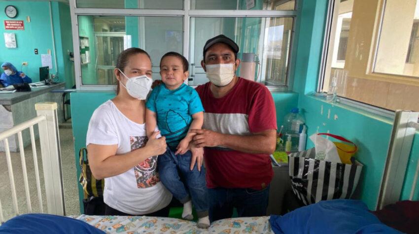 Víctor y sus padres ingresaron al Hospital Icaza Bustamante, en Guayaquil, el 12 de octubre para recibir la primera dosis de Increlex.