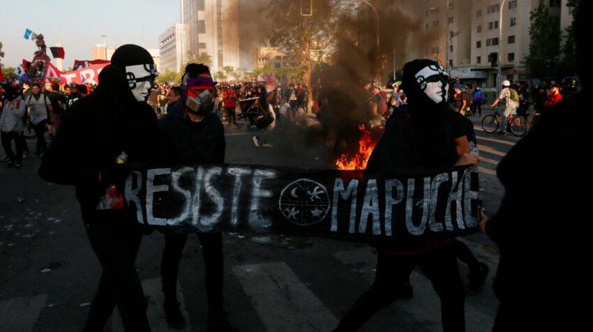 Foto referencial. Miles de personas se manifestaron durante una protesta en Plaza Italia en contra del gobierno de Sebastián Piñera, en Santiago (Chile), el 16 de octubre de 2020.