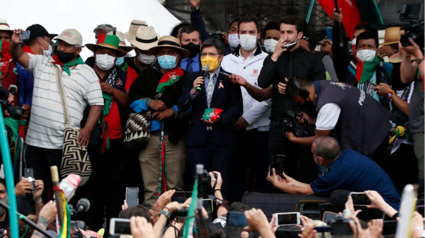 La alcaldesa de Bogotá, Claudia López (c), da la bienvenida a los indígenas que hacen parte de la multitudinaria caravana que viajó desde el suroeste del país a su llegada hoy a la céntrica Plaza de Bolívar, el 19 de octubre de 2020.