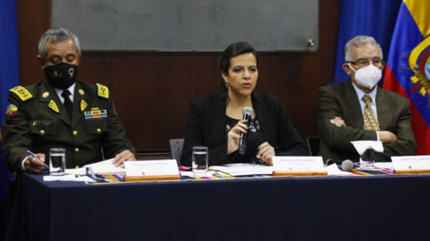 El comandante de la Policía, Patricio Carrillo; la ministra de Gobierno, María Paula Romo, y el director del Isspol, Jorge Villarroel, en rueda de prensa el 21 de octubre de 2020.