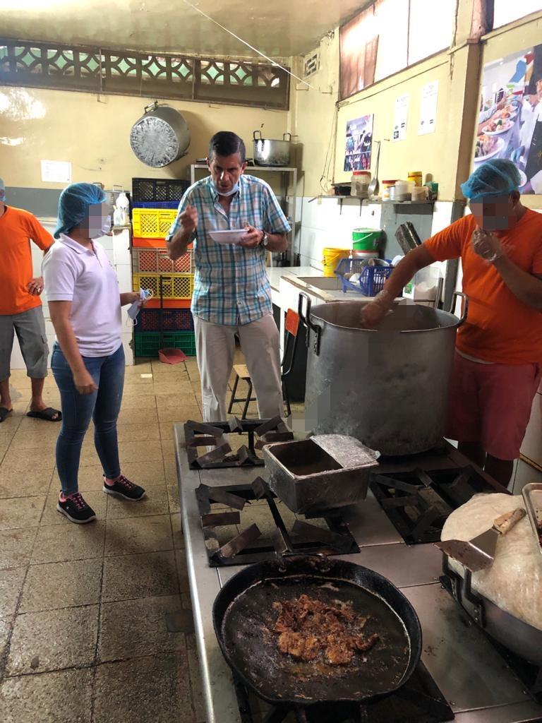 Edmundo Moncayo, director del SNAI, prueba uno de los platos elaborados y servidos en la cárcel de Jipijapa, el 19 de enero de 2020.