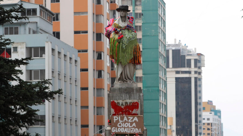 Activistas de grupos feministas lideradas por el colectivo Mujeres Creando vistieron el monumento de Isabel la Católica de