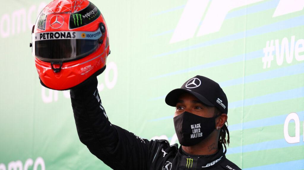 Mick Schumacher le entregó el casco de su padre a Lewis Hamilton