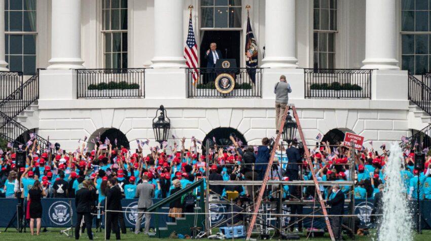 Seguidores del presidente de EEUU, Donald Trump, en los exteriores de la Casa Blanca, el 10 de octubre de 2020.