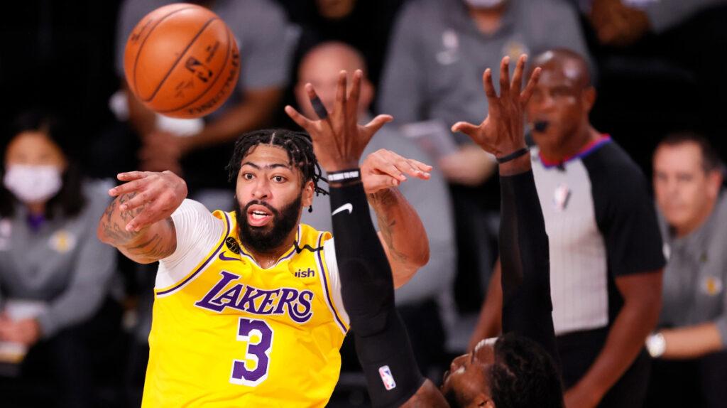 Davis y James ponen a Lakers a un triunfo del título de campeones