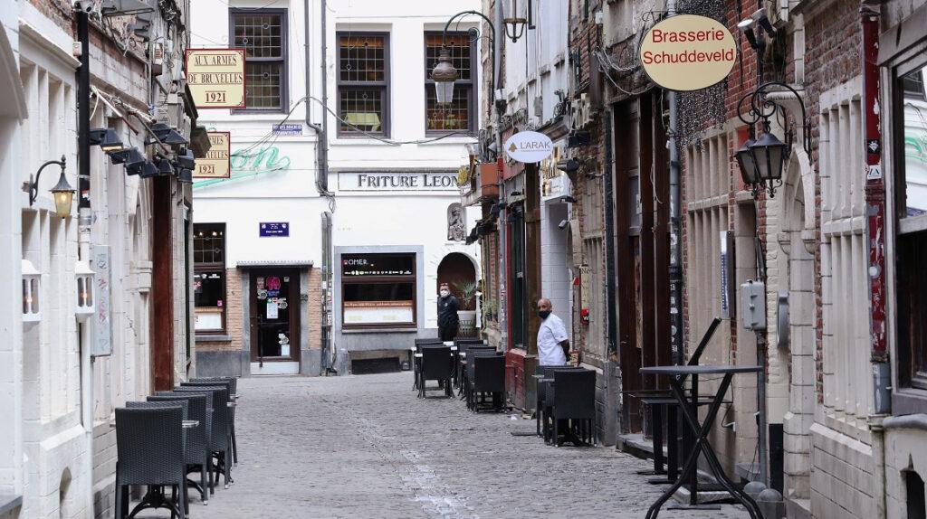 Bruselas cierra bares y cafés durante un mes ante explosión de contagios