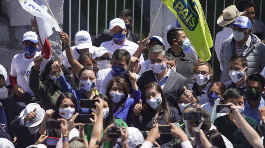 Ximena Peña y Patricio Barriga, en su llegada al CNE para inscribir el binomio de Alianza PAIS, el 6 de octubre de 2020.