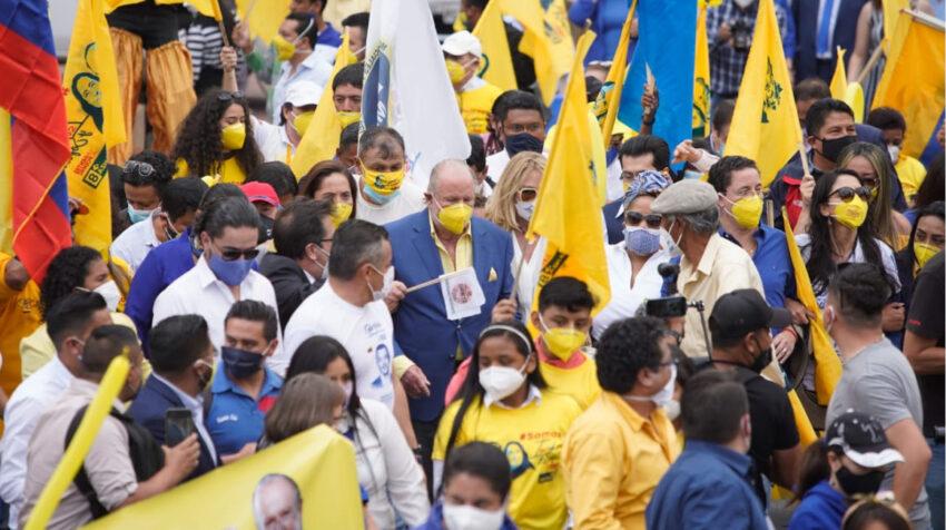 Isidro Romero y Sofía Merino inscribieron su candidatura por el movimiento Avanza este 6 de octubre de 2020 ante el CNE, en Quito.