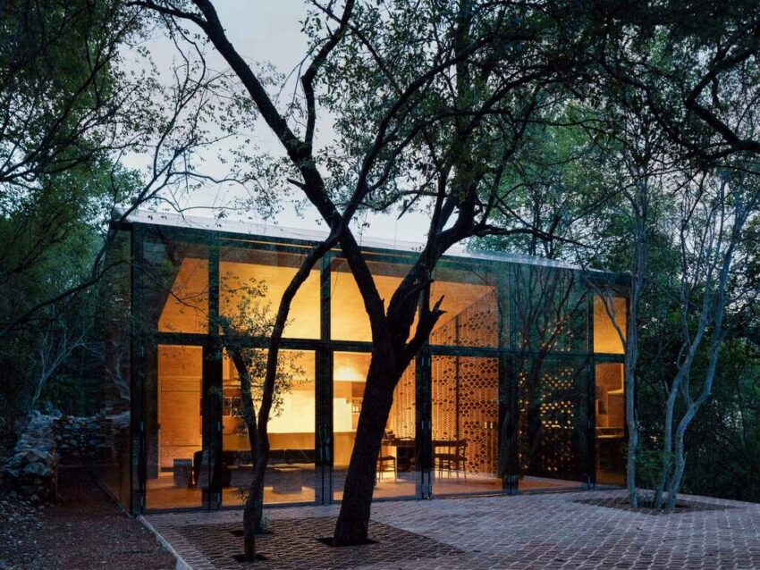 Los Terrenos es un proyecto de Tatiana Bilbao, ubicado en Monterrey, que refleja y contiene el exuberante entorno.