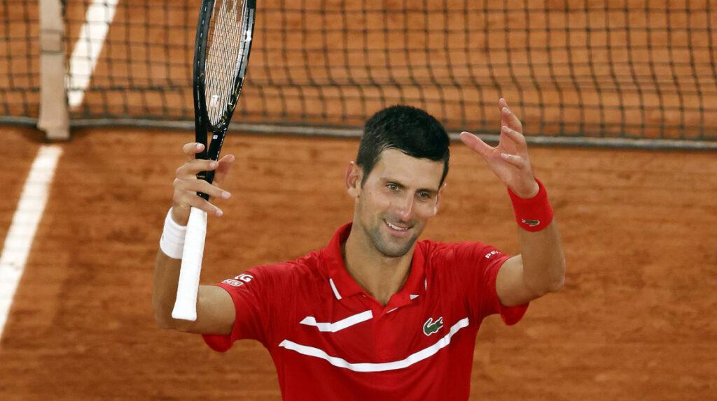 Djokovic avanzó a cuartos y otra vez golpeó sin intención a un juez