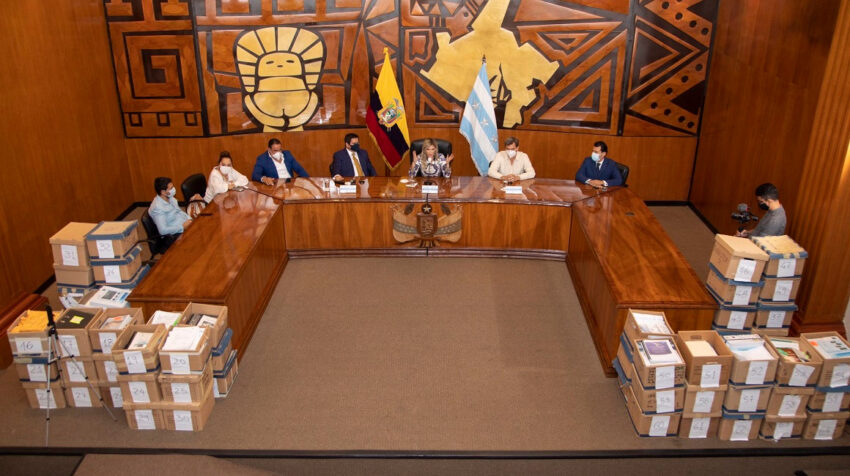 La prefecta del Guayas, Susana González, en una rueda de prensa sobre el incumplimiento de concesionarias viales, el 5 de octubre de 2020.