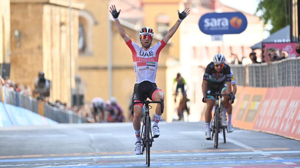 Diego Ulissi vence en el sprint final de la segunda etapa del Giro