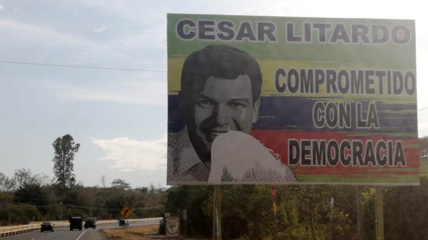 Una valla con la cara del candidato a la Asamblea César Litardo, en la vía a la Costa, en Guayas.