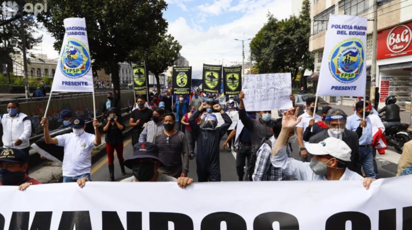Policías en servicio pasivo protestaron en Quito este 2 de octubre de 2020 por los malos manejos en el Isspol.