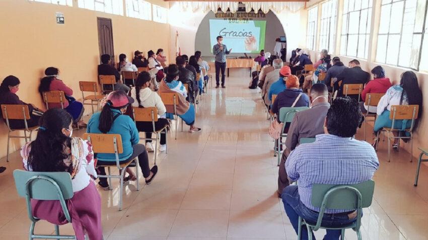 Reunión de padres de familia y autoridades educativas en la Unidad Zuleta, de Ibarra, el 29 de septiembre de 2020.