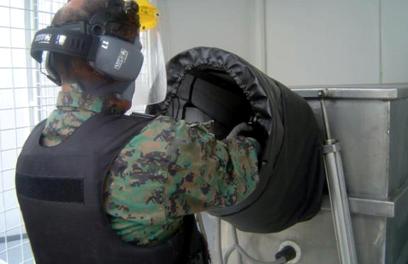 Un técnico militar realiza parte de las pruebas previas para conceder un permiso de portar armas en Ecuador.