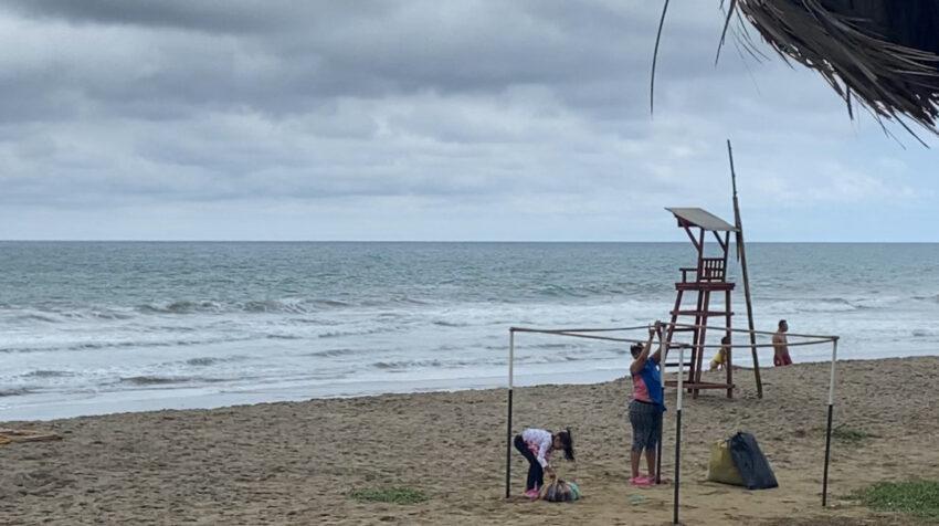 La playa San Lorenzo, Manabí, lució vacía en el feriado de noviembre.