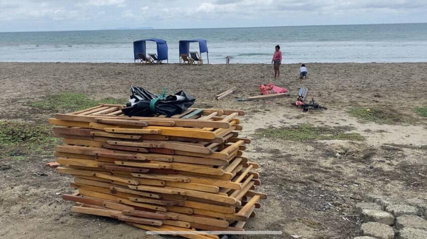 Esther alquila carpas y sillas en la playa de San Lorenzo en Manabí.