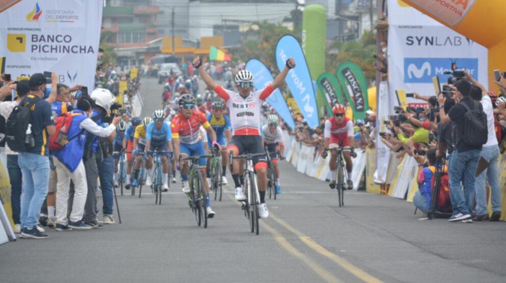 Byron Guamá celebra su victoria en la Etapa 2 de la Vuelta al Ecuador, el martes24 de noviembre de 2020.