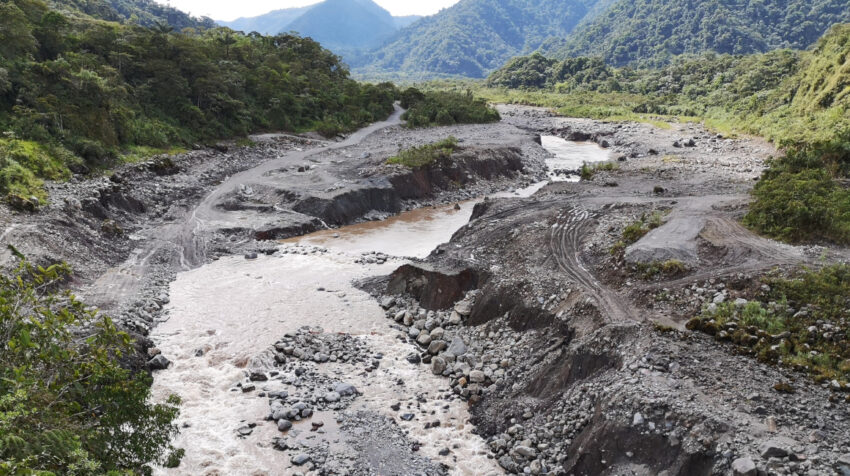 Una vista panorámica del avance de la erosión regresiva en las márgenes del río Coca, el 20 de noviembre de 2020.