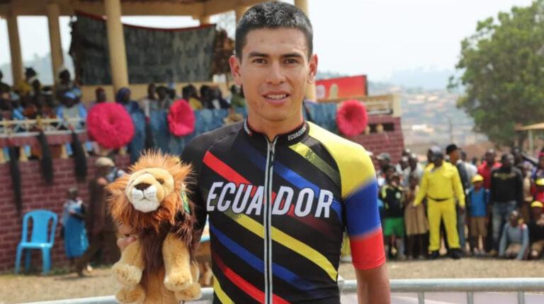 Benjamín Quinteros corre la Vuelta al Ecuador con la camiseta de la selección ecuatoriana.