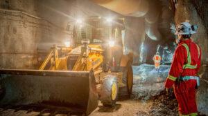 Un trabajador de Lundin Gold durante los trabajos en uno de los túneles de la mina Fruta del Norte, en abril de 2018