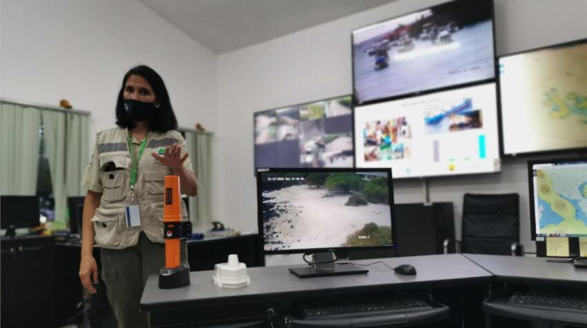 Paola Buitrón, del Parque Nacional Galápagos, explica el funcionamiento del sistema de vigilancia del PNG, el 17 de noviembre de 2020.