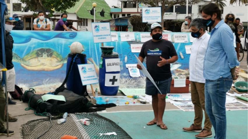 Alberto Andrade, del Frente Insular, Ángel Yánez, alcalde de Santa Cruz, y Norman Wray, presidente del consejo de Gobierno de Galápagos, en un evento con los activistas a favor de la ampliación de la Reserva Marina de Galápagos, el 18 de noviembre de 2020.