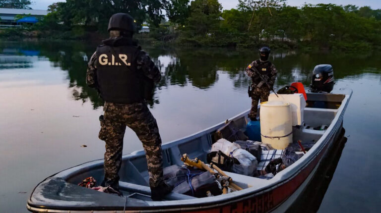 En el sector Tres Bocas, en Guayas, luego de un enfrentamiento y persecución fluvial, agentes policiales lograron la captura de cinco personas que transportaban 16 bultos de cocaína, cuatro armas de fuego y municiones, el 14 de noviembre de 2020.