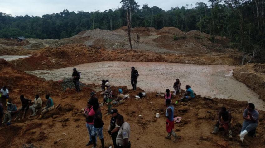 Una vista panorámica de la actividad mineral ilegal en la zona de Los Ajos, en Esmeraldas, el 19 de noviembre de 2020.