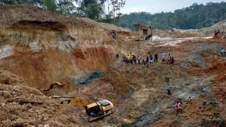 Una panorámica sobre la mina ilegal, en el sector Los Ajos, en San Lorenzo, este 19 de noviembre de 2020.