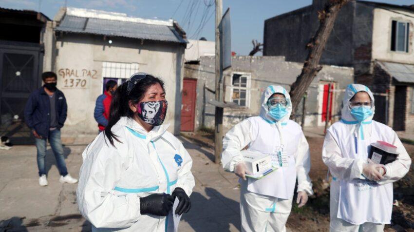 Trabajadores de la salud afuera de una casa antes de preguntar a los residentes por los síntomas del Covid-19, en Villa Fiorito, en las afueras de Buenos Aires,Argentina. 3 de agosto de 2020.