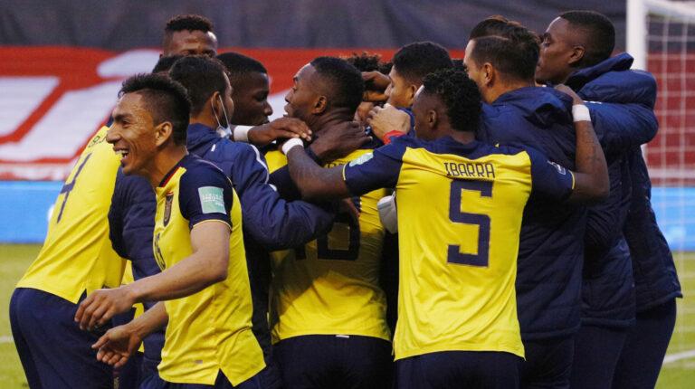 Los jugadores de la selección ecuatoriana celebran uno de los goles ante Colombia, el martes 17 de noviembre de 2020.