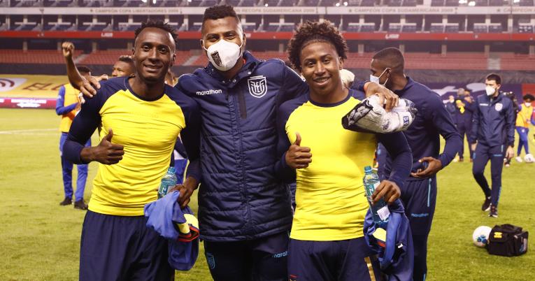 Beder Caicedo, Pedro Ortiz y Ángelo Preciado al terminar el partido ante Colombia, el 17 de noviembre de 2020.