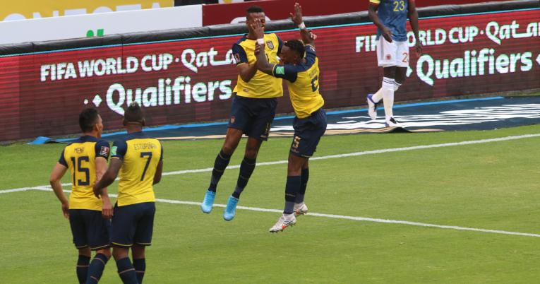 Los futbolistas ecuatorianos festejan uno de los goles ante Colombia, este 17 de noviembre de 2020.