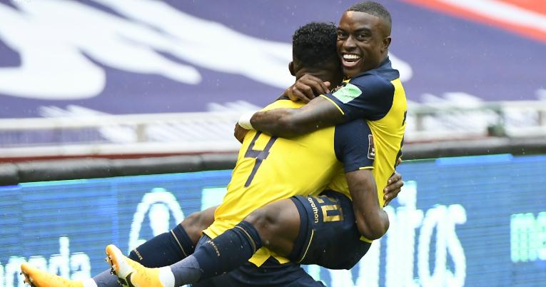 Robert Arboleda y Jhegson Méndez se abrazan tras uno de los goles ante Colombia, el 17 de noviembre de 2020.