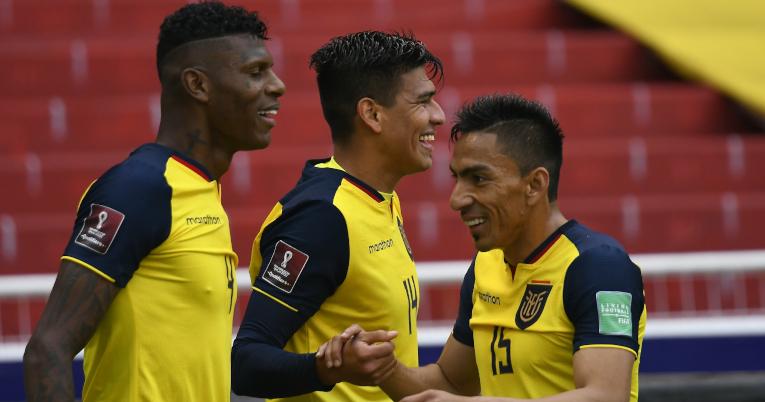 Xavier Arreaga, Robert Arboleda y Ángel Mena celebran uno de sus goles marcados en la goleada, el 17 de noviembre de 2020.