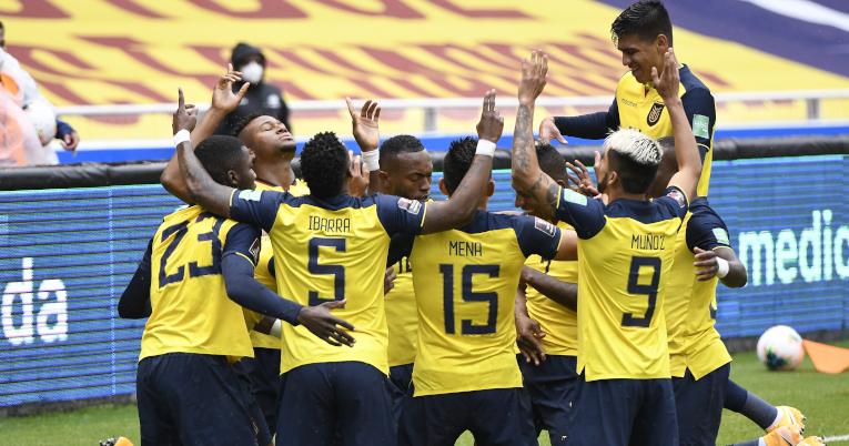 Los futbolistas ecuatorianos festejan uno de los goles ante Colombia, por Eliminatorias, el 17 de noviembre de 2020.