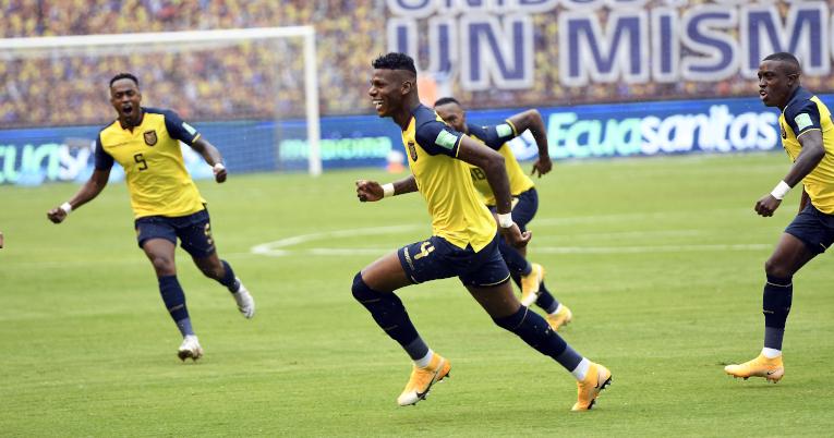 Robert Arboleda celebra el primer gol de Ecuador ante Colombia, el 17 de noviembre de 2020.